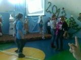 мы танцем на новом году в школе)